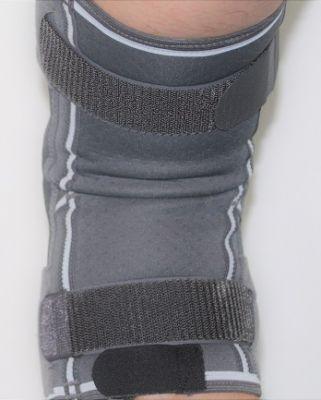 Rückseite Kniebandage mit Gelenkschienen